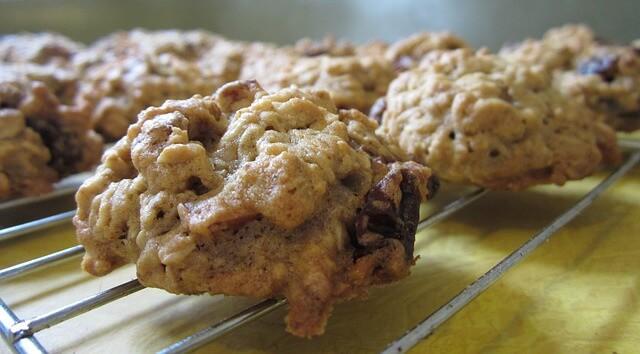 Oatmeal and resins no-bake cookies